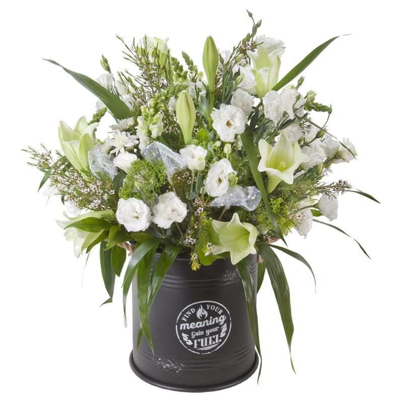 התמונה הראשית של סידור פרחים לבן בחבית מעוצבת
