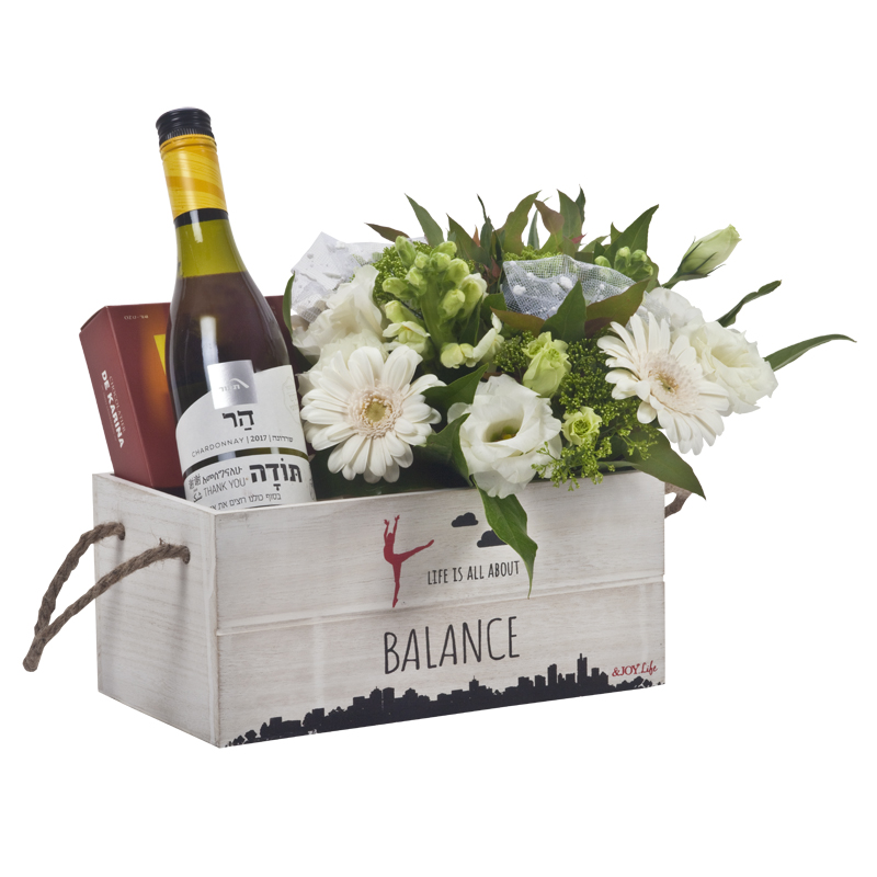 התמונה הראשית של אדנית עץ ידיות עם יין שוקולד ופרחים